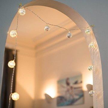 CozyHome marokkanische LED Lichterkette – 7 Meter | Mit Netzstecker NICHT batterie-betrieben | 20 LEDs warm-weiß | Kugeln Orientalisch | Deko Silber – kein lästiges austauschen der Batterien - 4