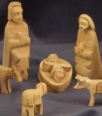 KINDERKRIPPE 11-teilig. Krippenfiguren in Bethlehem handgeschnitzt aus Olivenholz. Höhe der stehenden Figuren circa 9 cm. - 2