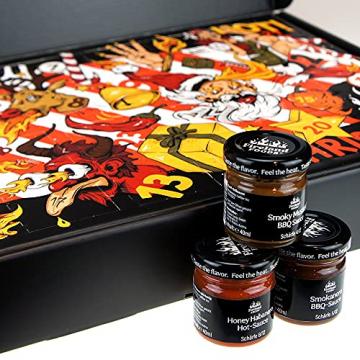Chili- und BBQ-Adventskalender mit 24 Produkten | von mild bis höllisch | Geschenk für Advent und Weihnachten | Geschenk für Männer | Version mit Türchen | 880g (24x37g) - 2