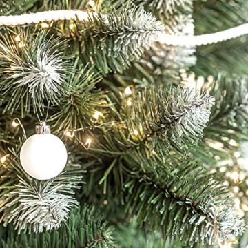 FairyTrees künstlicher Weihnachtsbaum Kiefer, Natur-Weiss beschneit, Material PVC, echte Tannenzapfen, inkl. Holzständer, 120cm, FT04-120 - 4